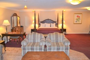Merced Inn and Suites - Spacious Suite with Jetted Tub